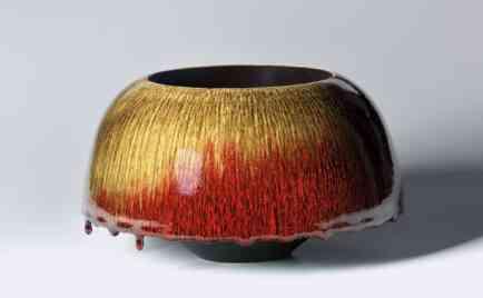 Schale, außen ochsenblutrot über Temmoku, innen schwarz glasiert, D 29 cm, H 16,5 cm
