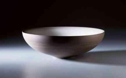 Schale, außen dunkler Ton unglasiert, innen schwarz glasiert, D 32 cm, H 12 cm